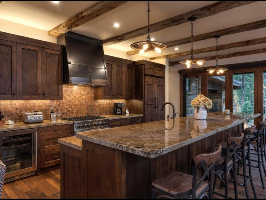 Классическая кухня с балочным потолком
