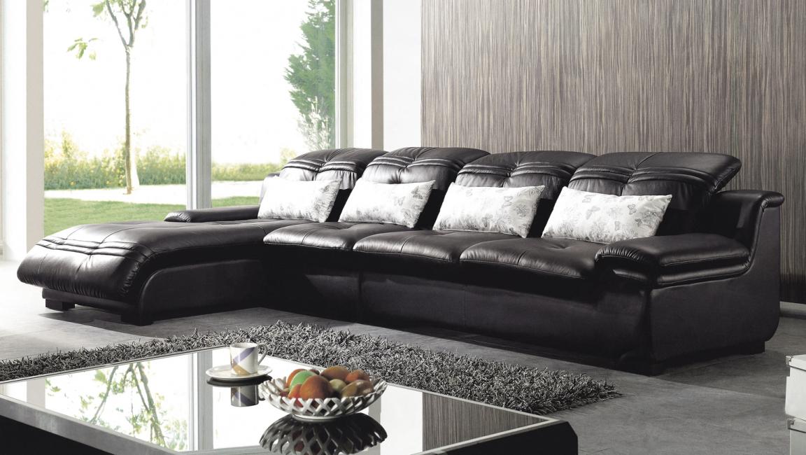 Габаритный, черный кожаный диван