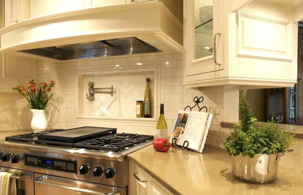 Угловая кухня с нишей