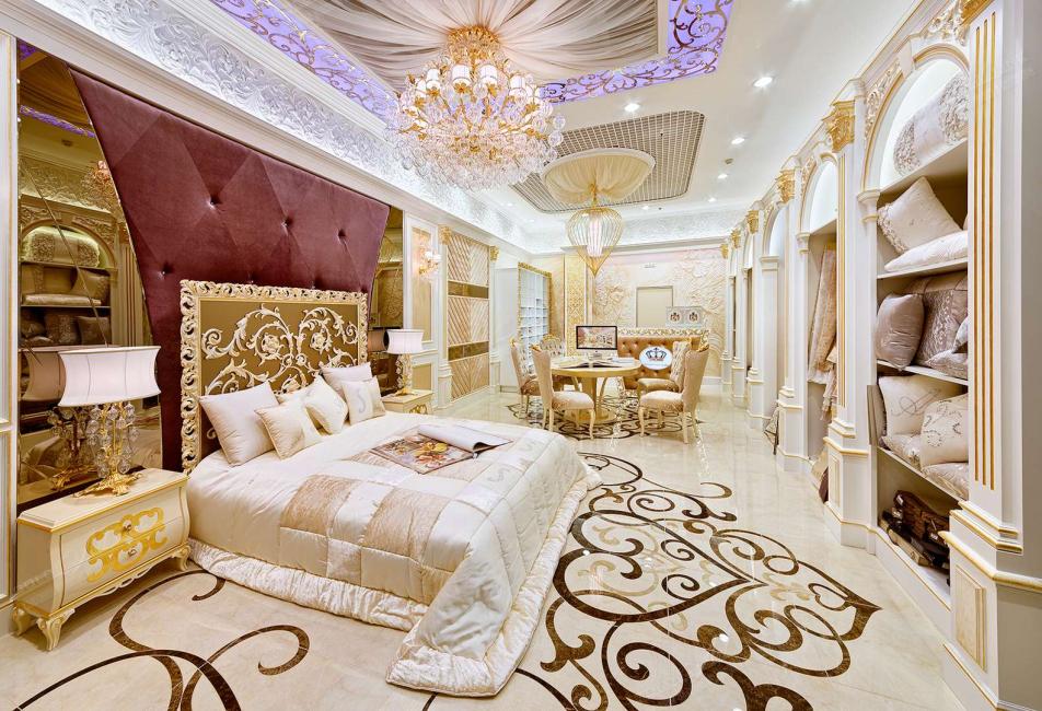 Лепнина в спальне с нотками золота