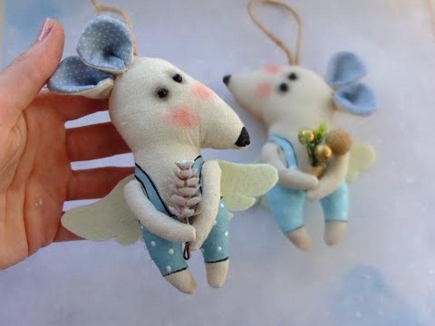 Отличный вариант елочных игрушек — крыски из фетра. Они красочные, веселые и долговечные.