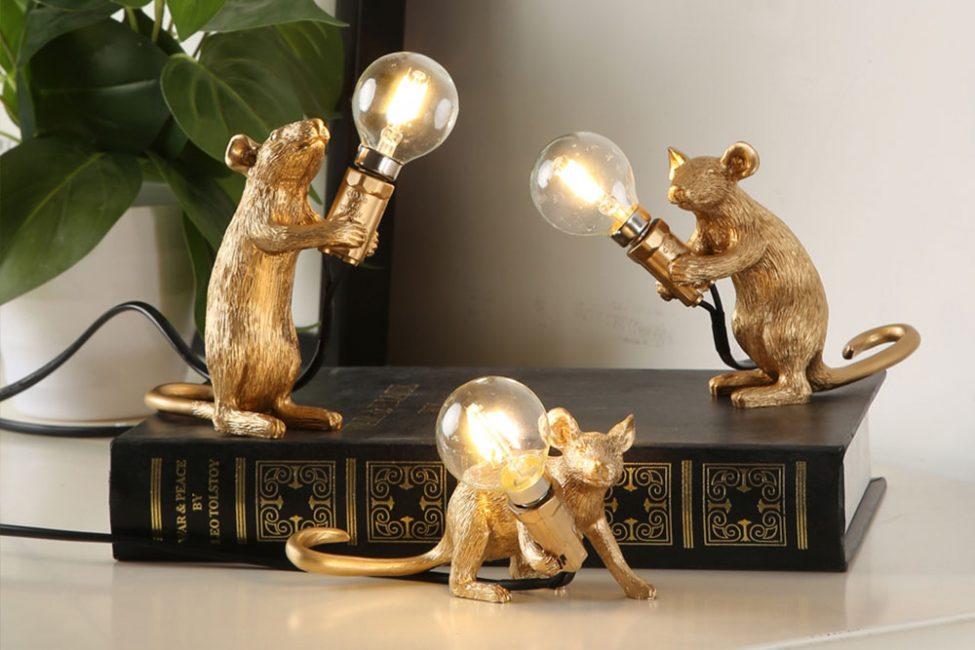 Очень оригинально выглядят гирлянды с изображением крыс. Эти держат лампочки в своих лапках.