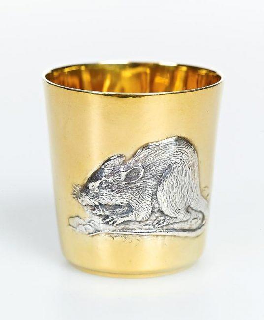 А это чашка с изображением крысы. Такую вы можете поставить на свой стол или же подарить кому-то на Новый год.