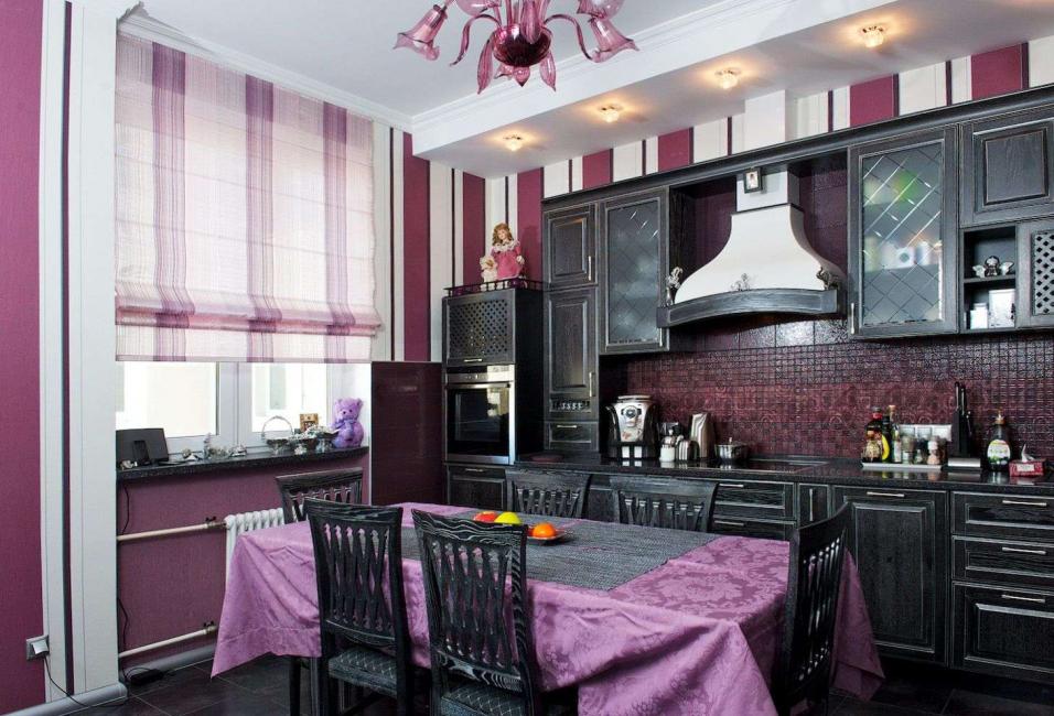 Римская полосатая штора на черно-фиолетовую кухню