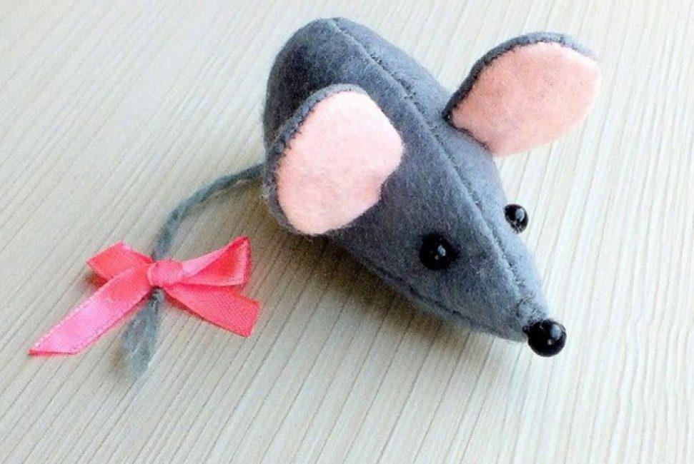 Из фетра можно делать объемные игрушки к Новому году.