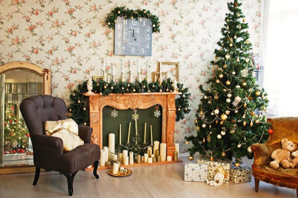 Можно использовать канделябры со свечами - красиво и празднично