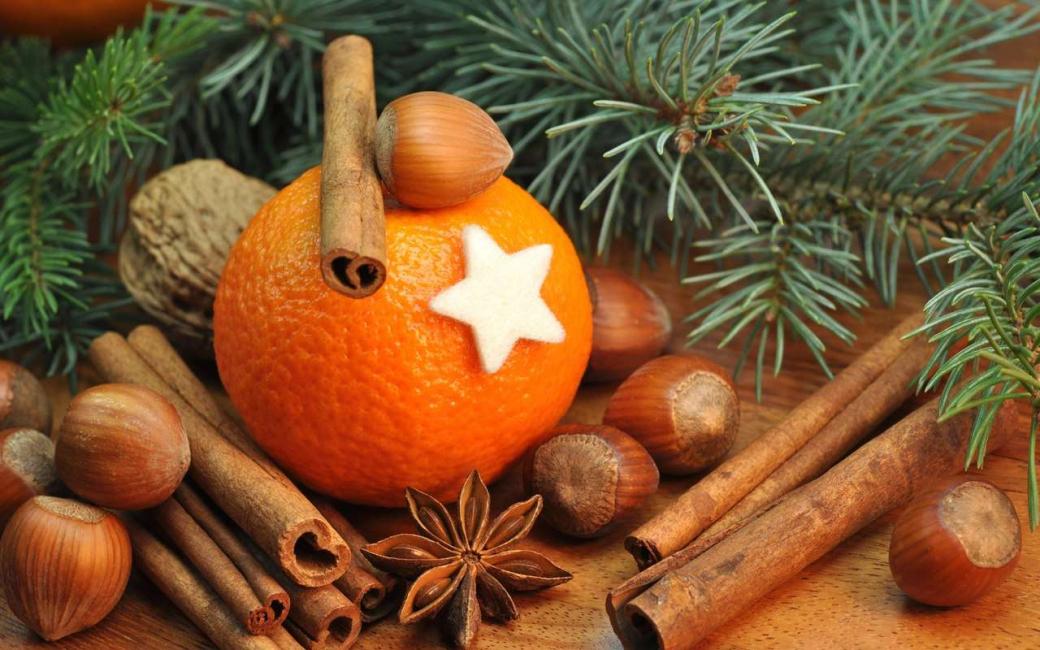 Корица и апельсины прекрасно смотрятся на елке