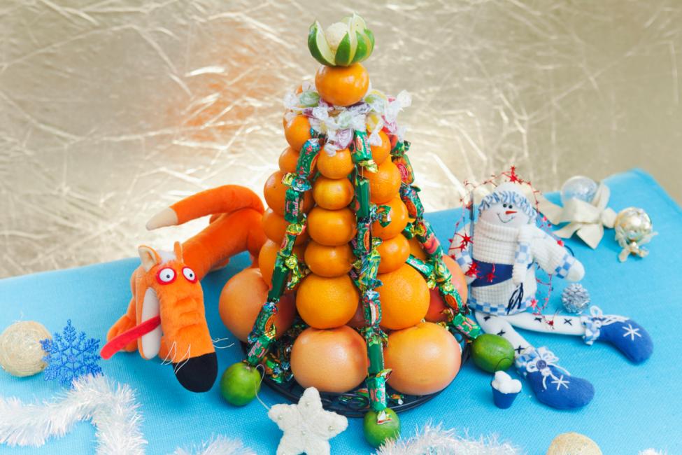 Дизайнерская елка из фруктов и конфет