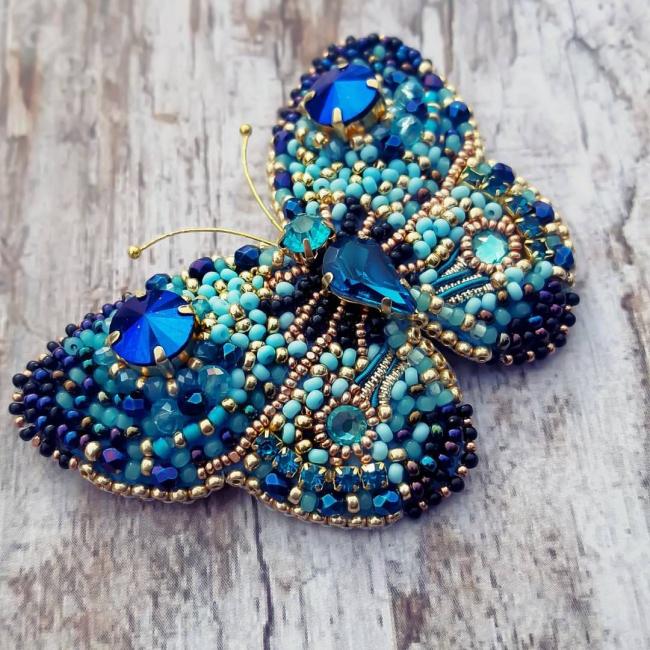 Синяя брошь-бабочка