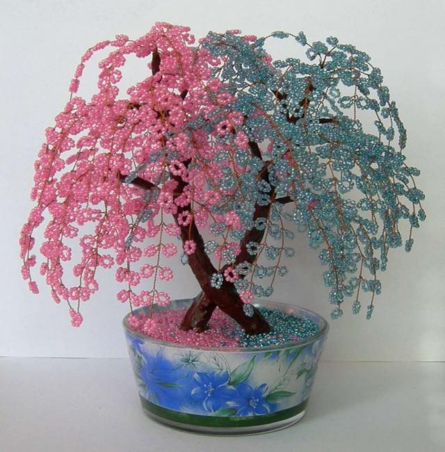 Сплетенное дерево из мелких бусин