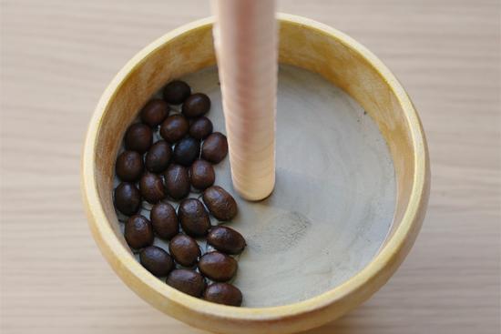 Приклеиваем первый слой кофейных зерен
