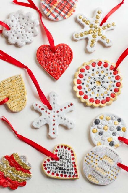 один цвет — тогда получатся просто яркие, блестящие игрушки; полоски — узкие, широкие, горизонтальные, вертикальные, диагональные; горошек — побольше, поменьше, одного цвета, разноцветный; узоры — геометрические, растительные, абстрактные, можно брать с открыток, например; рисунки — снежинки, Дед Мороз, Снегурочка, идущий снег, елочки.