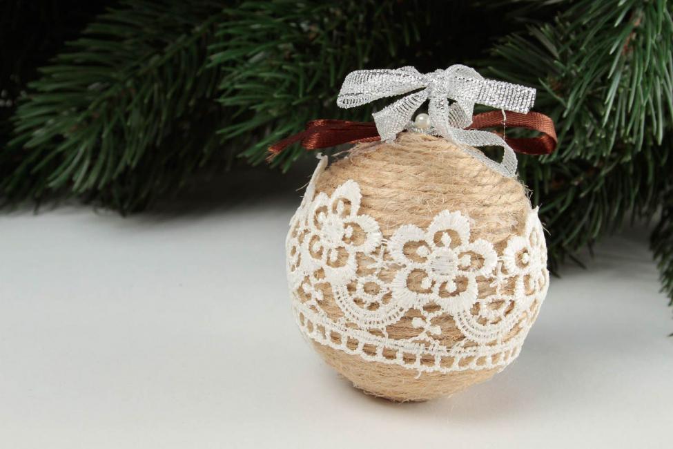 Новогодний шар из ниток с кружевом