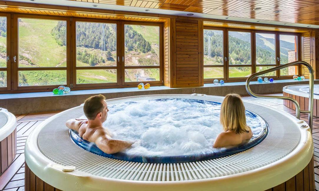 Для дополнительного комфорта ванны оснащаются подлокотниками, подголовниками, акустической системой, автоматическим контролем уровня воды и самодезинфекцией