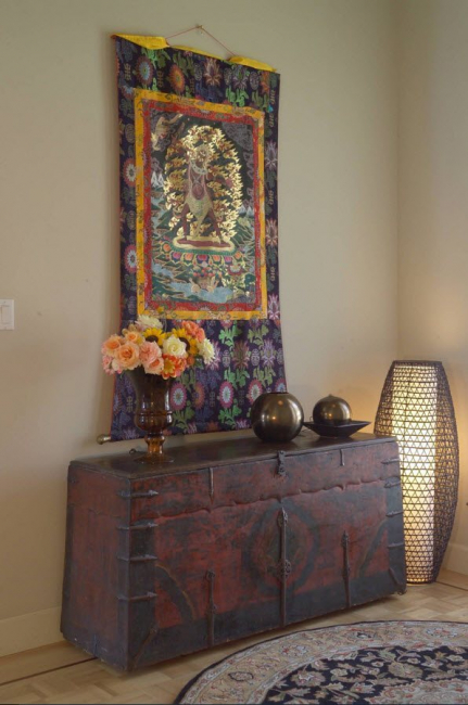 Часто используются золотые нити, шелковое сырье, окрашенное натуральными красителями