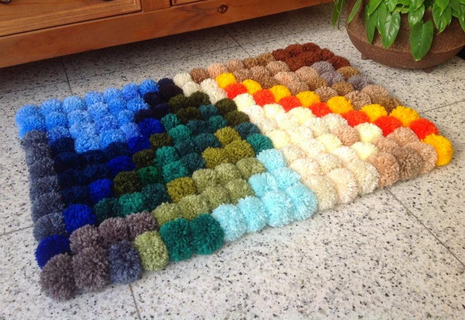 Коврики из помпонов хороши тем, что они могут быть самых разных размеров, форм и цветов