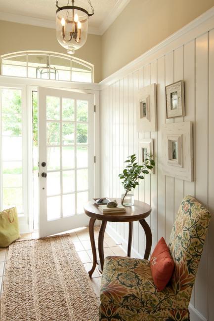 Тамбур-прихожая станет более уютной, если в ее интерьере будет кресло и столик
