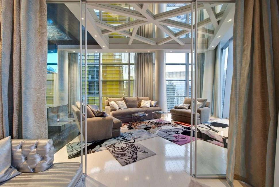 Зеркала на потолке визуально увеличивают пространство комнаты