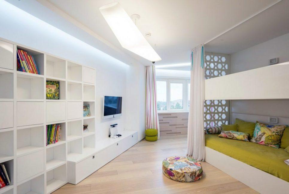 Декорировать белую детскую комнату не только легко, но и очень интересно