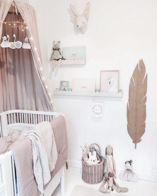 Детскую в белых тонах можно украсить стеллажами или полками