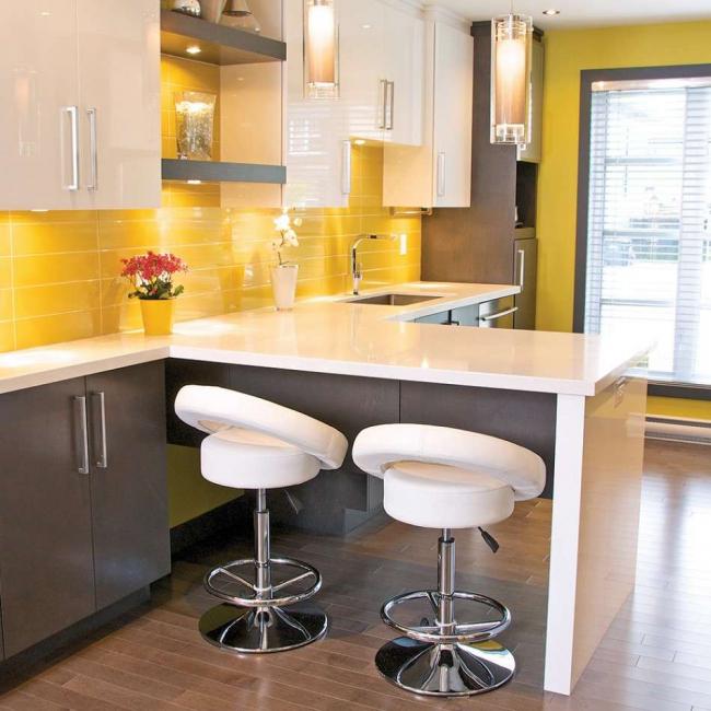 Маленькую по размерам кухню можно расширить при помощи площади балкона