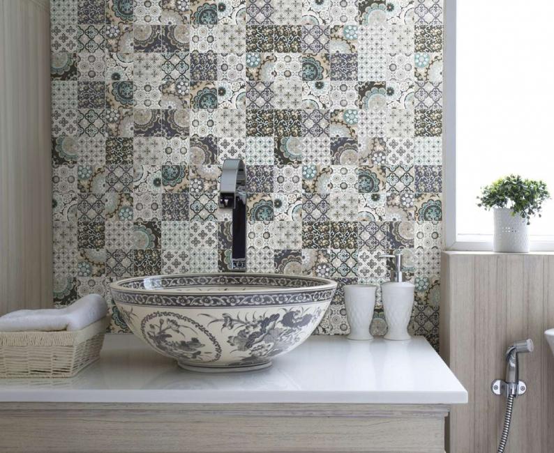 Мозаикой можно отделать не только кухню