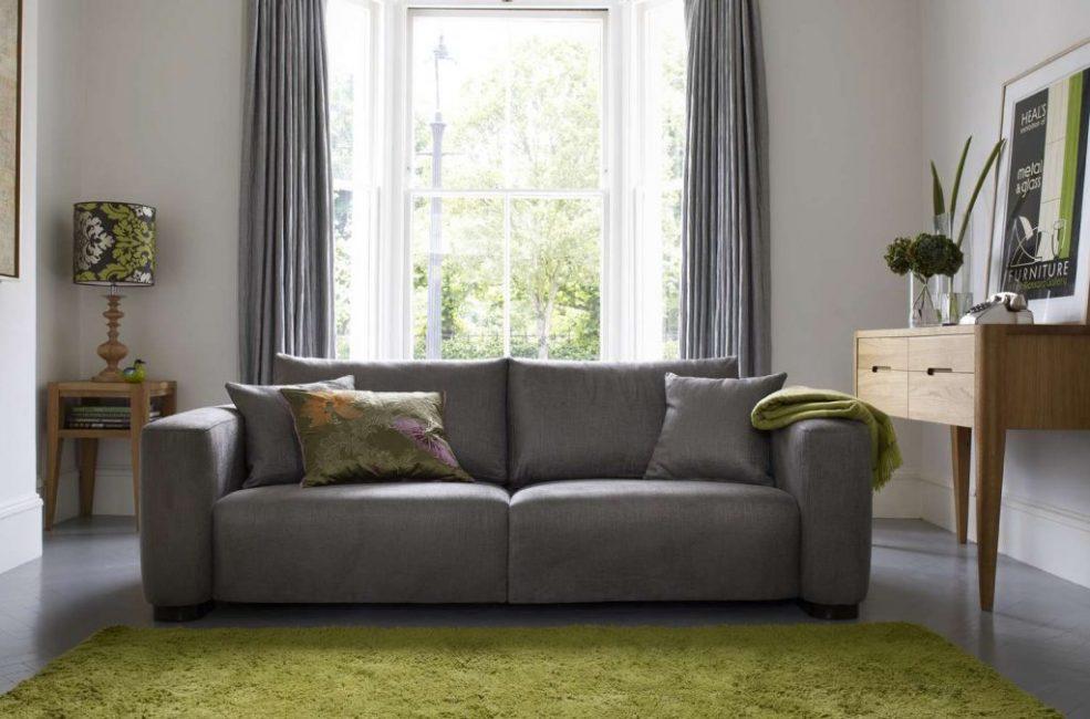 С подлокотниками диван будет стоять дороже