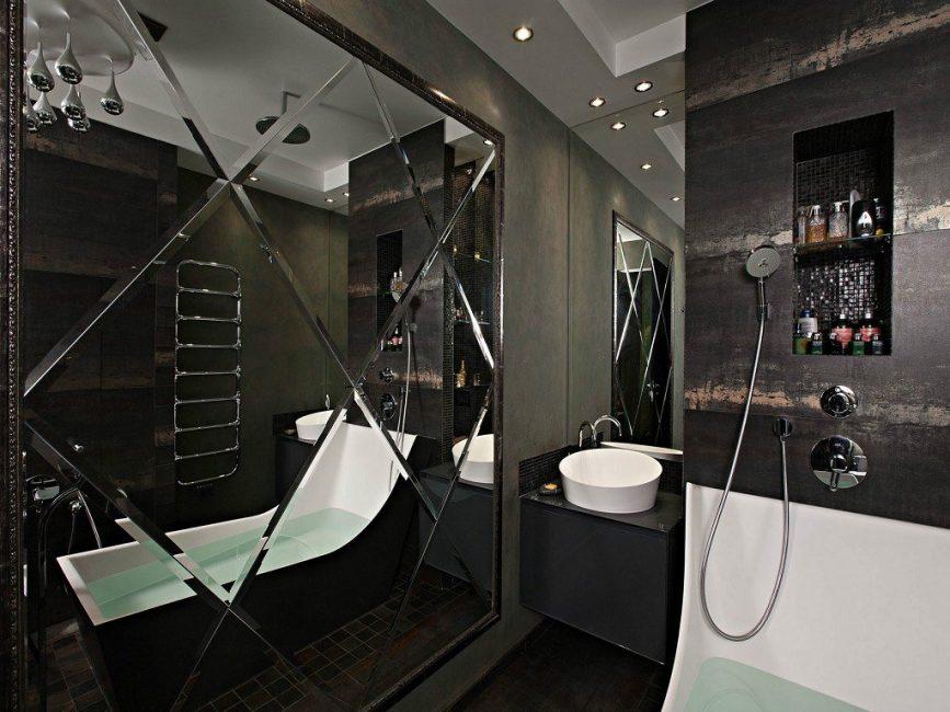 Ванная комната в темных тонах с большим зеркалом