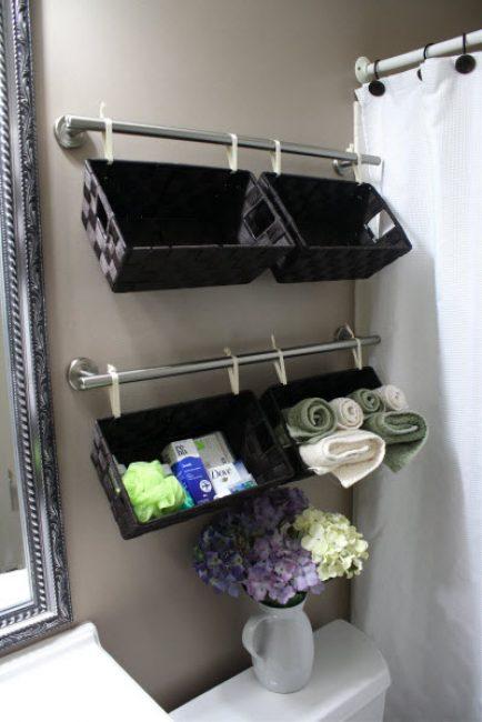 В плетеные из искусственного ротанга корзинки можно сложить банные принадлежности и небольшие полотенца для рук и лица.