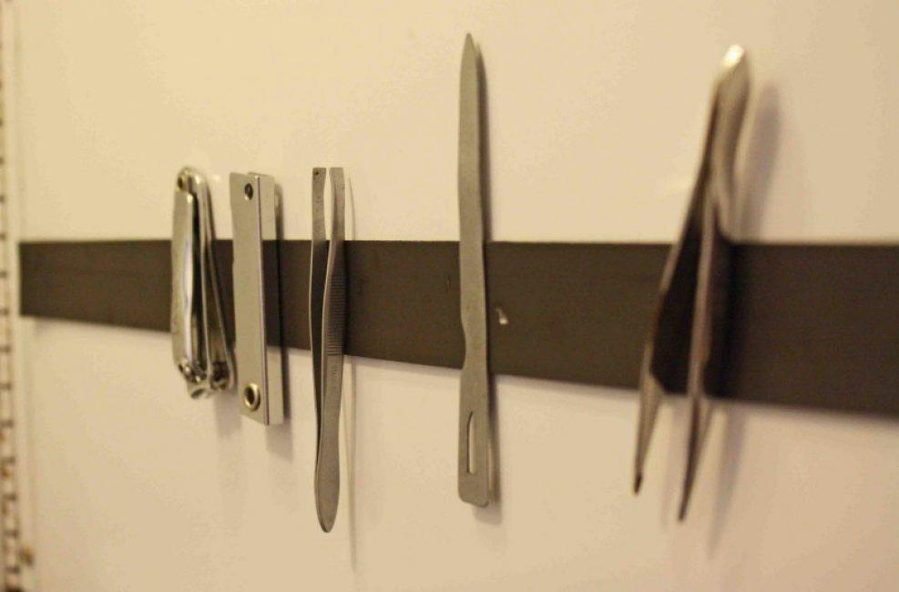 На тонких магнитных лентах можно хранить такие мелкие предметы из стали, как пилочка, пинцет, кусачки, маникюрные ножницы или щипчики.