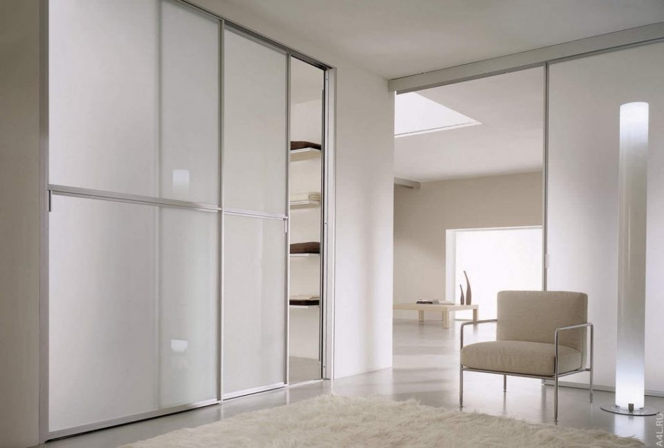 Шкаф с раздвижными дверьми