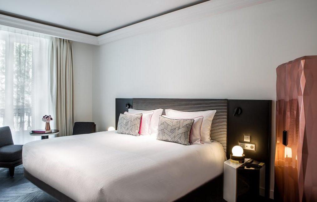 Немного минимализма: широкая кровать и ничего лишнего