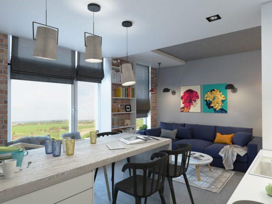 Компактная гостиная с большими окнами и обеденной зоной