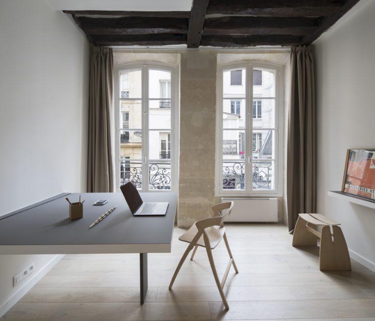 Эта небольшая комната служит спальней, гостиной, столовой и рабочим кабинетом. Как же это все может здесь поместиться?