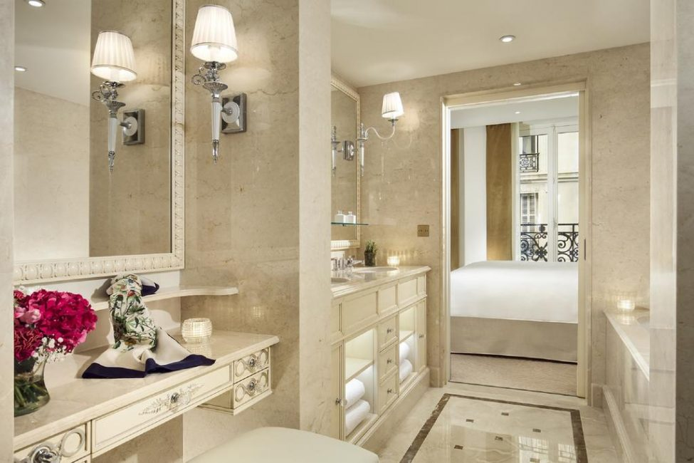 Ванная комната не только оборудована всем необходимым, но и выдержана в общей стилистике номера