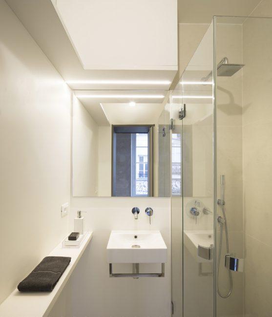 Ванная оборудована по последнему слову техники в стиле минимализм. Здесь есть даже просторная душевая кабинка