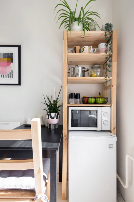 Небольшой холодильник, полочка для посуды и микроволновка