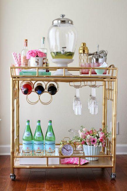 У некоторых столиков предусмотрены оригинальные держатели бутылок и бокалов