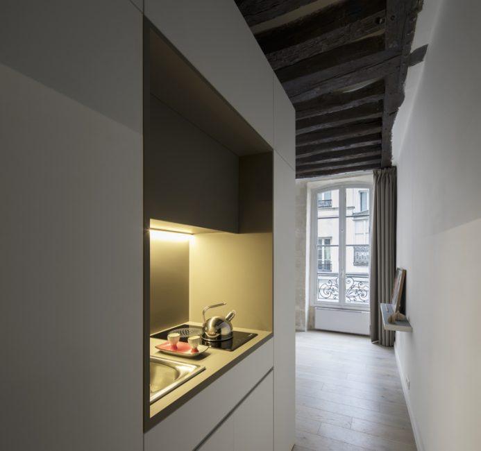 Кухонька прячется в коридоре и занимает совсем немного места
