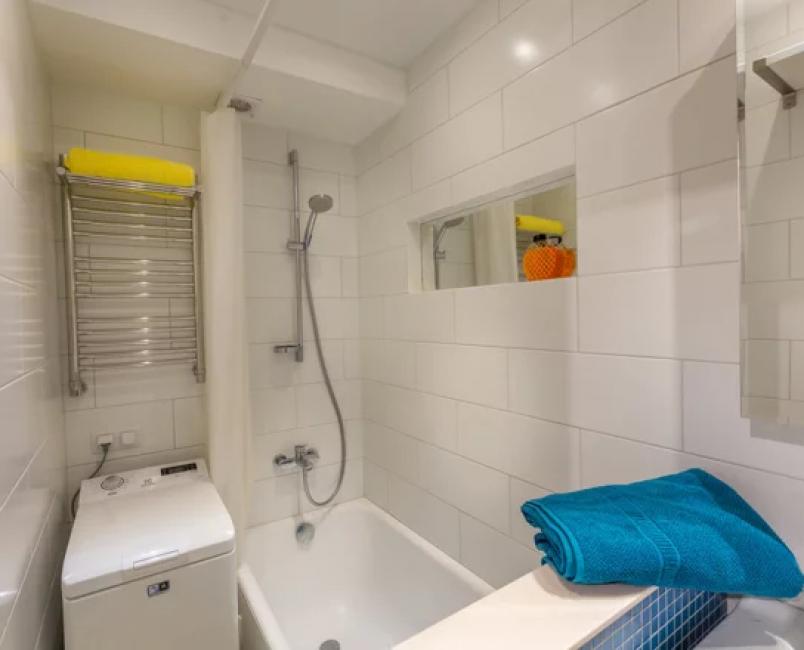 В ванной комнате поставили стиральную машинку с вертикальным типом загрузки
