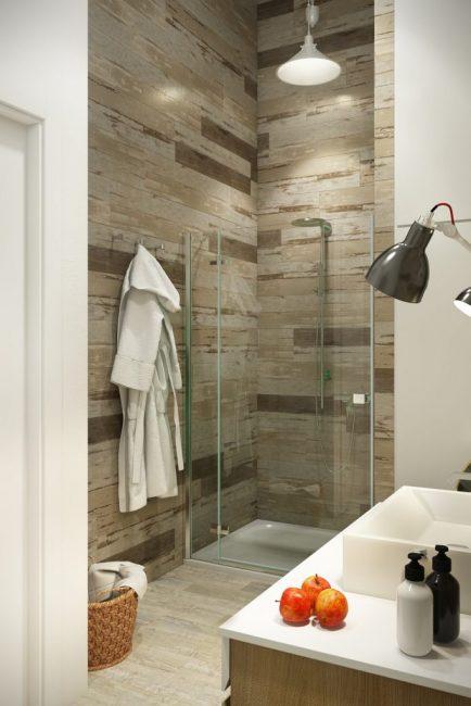 Ванная комната выполнена в теплых тонах