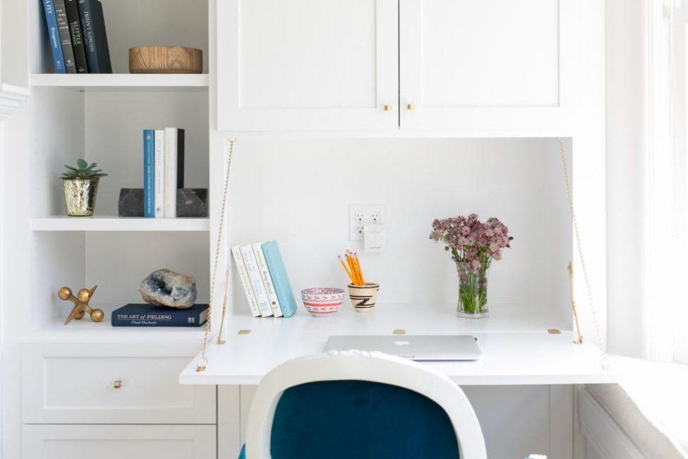 Идеальный уголок для занятий, который можно спрятать, когда он не используется. Стол удобно складывается. Встроенные полки и шкафы обеспечивают необходимое хранение.