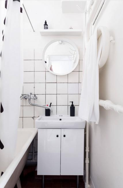 Ванная комната оформлена максимально просто