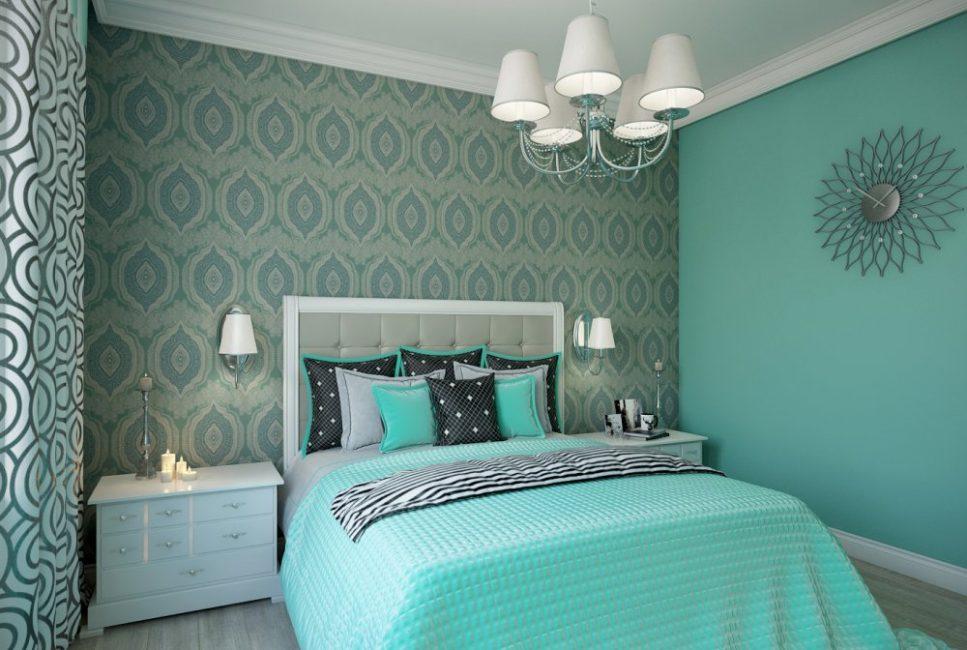 Удобная кровать с большим количеством декоративных подушек