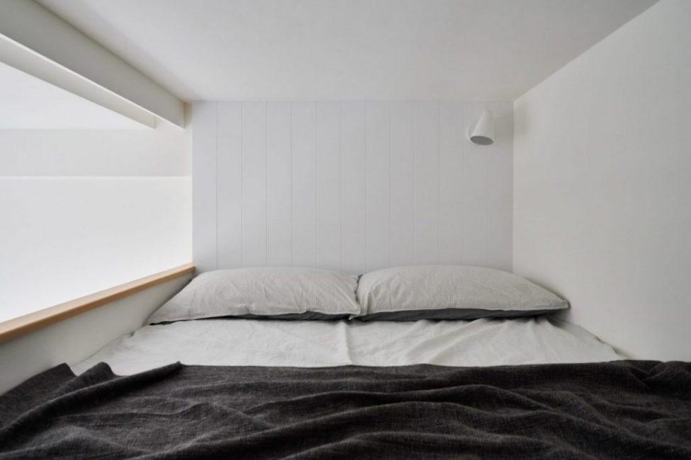 Просторная двухспальная кровать ан втором уровне