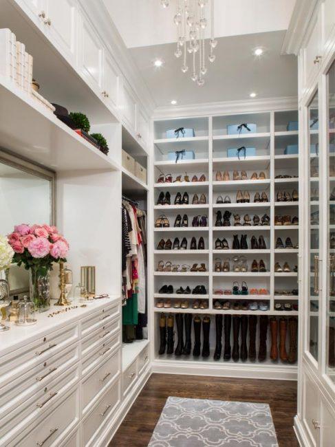 Чем больше полок и ящиков в гардеробе, тем удобнее в нем хранить вещи