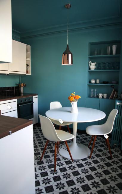Посуда может храниться в специальной нише в стене