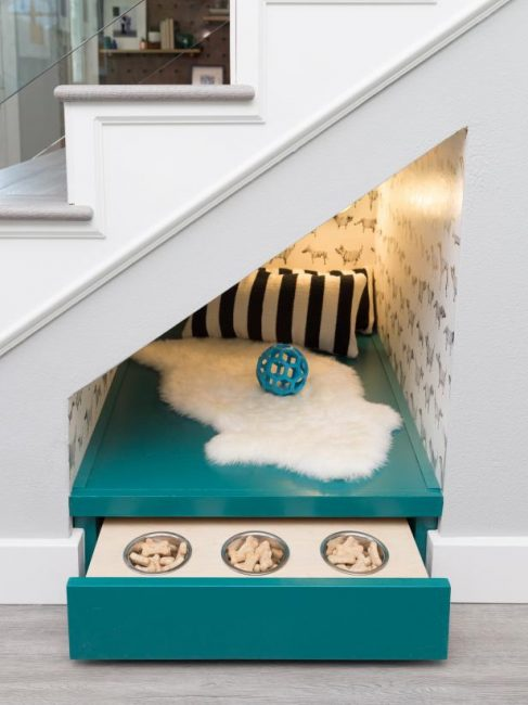 Обустройте спальное место для кота или собаки под лестницей