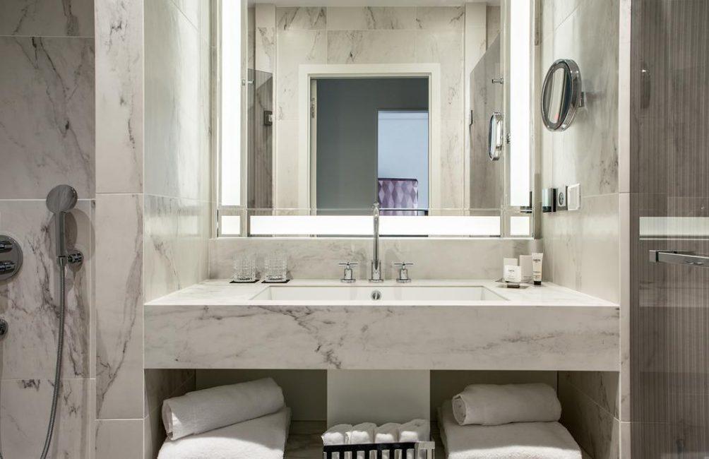 Ванная комната выполнена из благородного светлого мрамора