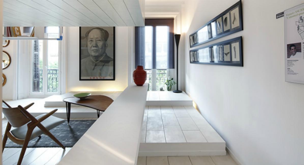 Оригинальные картины и портреты на стенах дополняют интерьер